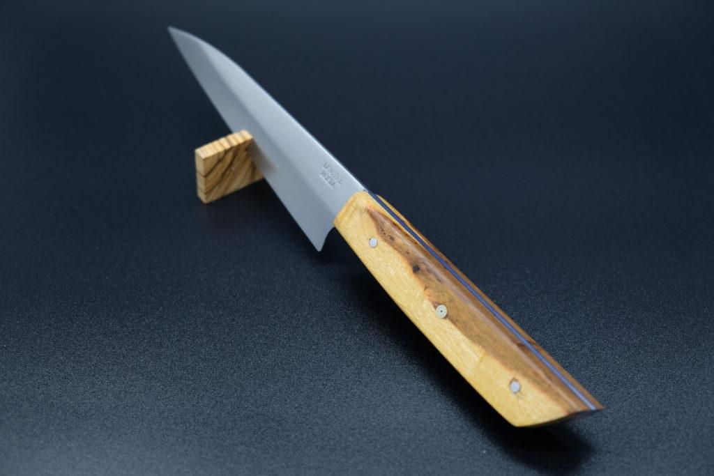 Petty knife, manico in carrubo con spaziatori fibra vulcanizzata blu e Mosaic Pin.