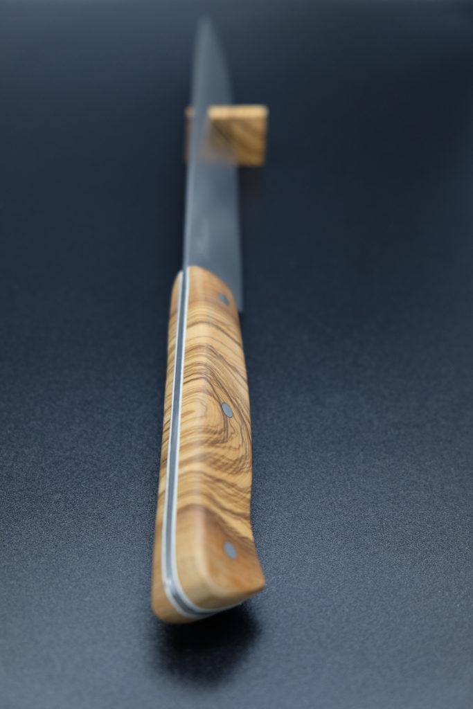 Yanagiba manico in ulivo con spaziatori in fibra vulcanizzata bianca.