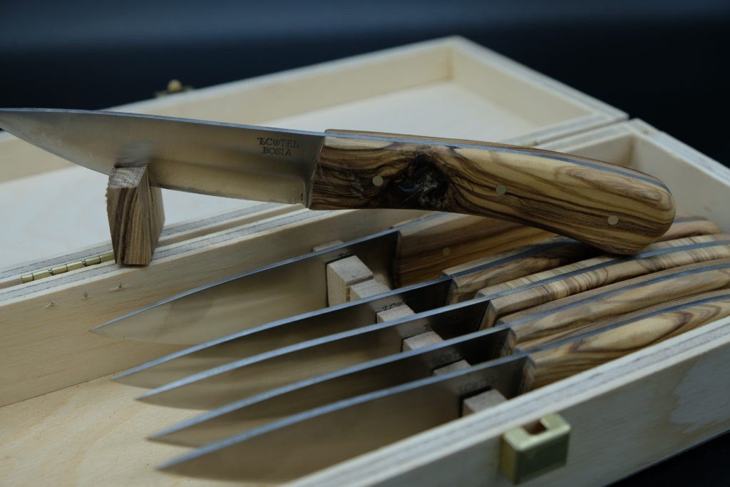 Set coltelli da tavola, manico in ulivo.