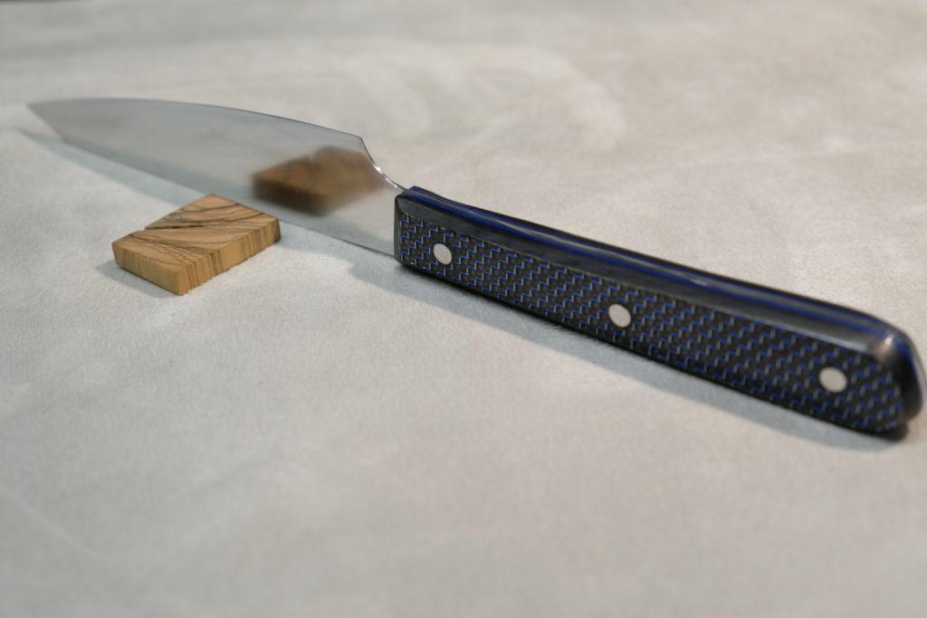 Utility knife 16 cm, acciaio N690, manico in carbonio e spaziatori in fibra vulcanizzata blu. Chef Andrea Scarzello.