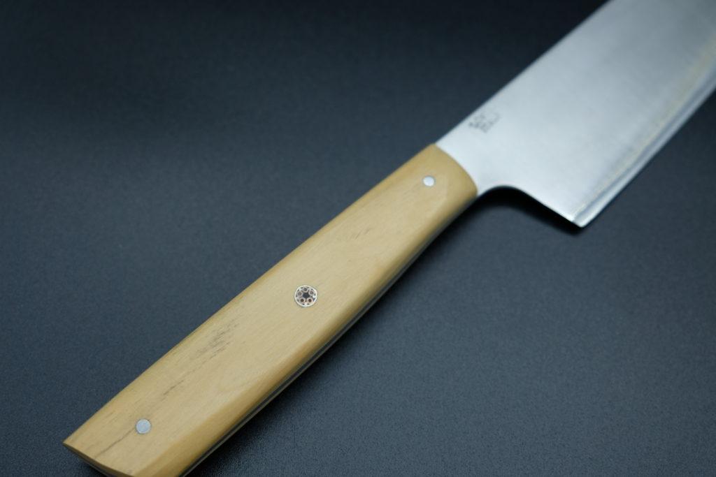Santoku, lama in acciaio Nitro B, manico in legno di bosso e Mosaic Pin.