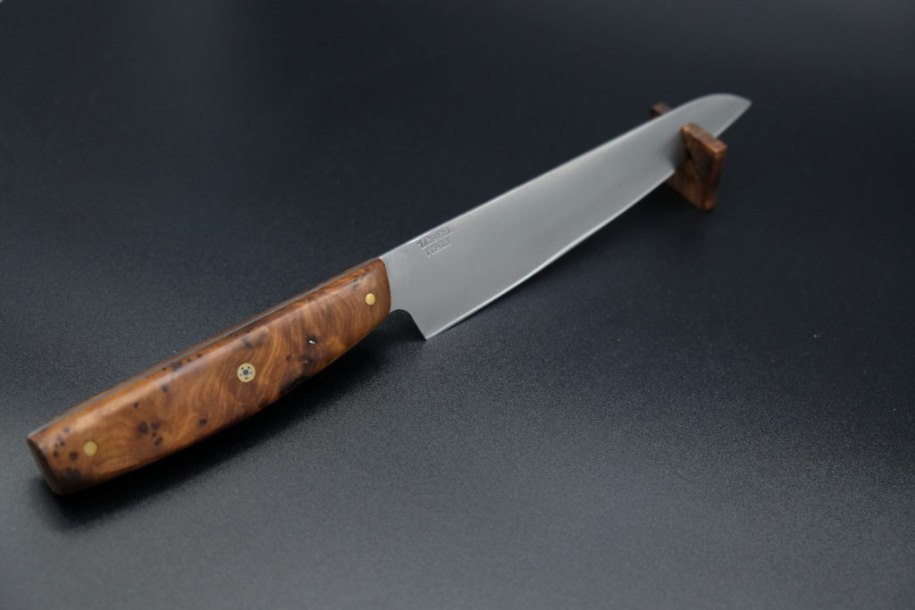 Utility knife, lama in acciaio Nitro B, manico in radica di Thuja e Mosaic Pin.
